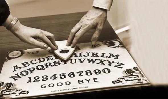 tabla ouija antigua blanco y negro